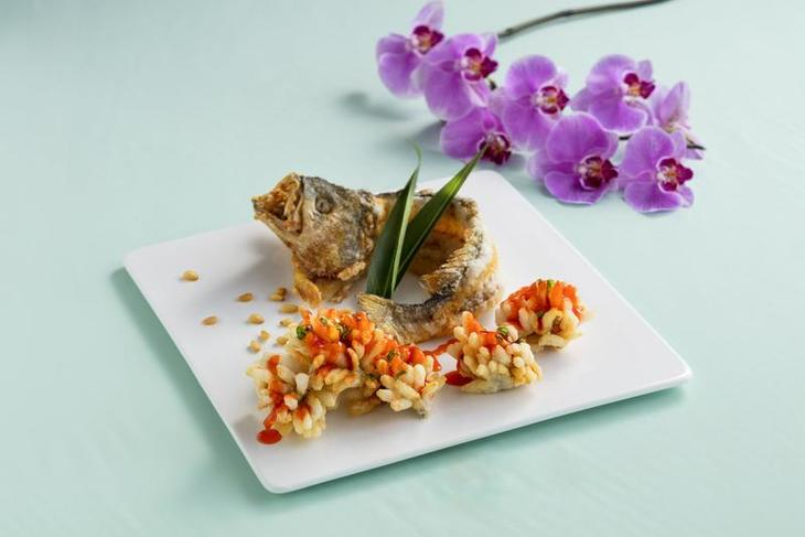 松子繡球黃花魚Deep-fried yellow croaker, pine nut, sweet and sour sauce.jpg