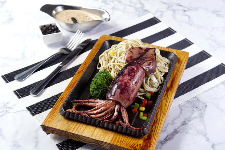 003 Sizzling Whole Squid Spaghetti with Black Truffle Black Bean Sauce 鐵板黑松露豆豉汁原隻魷魚意粉.jpg