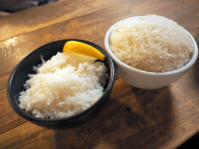 Regular-size rice with lemon and large-size rice without lemon