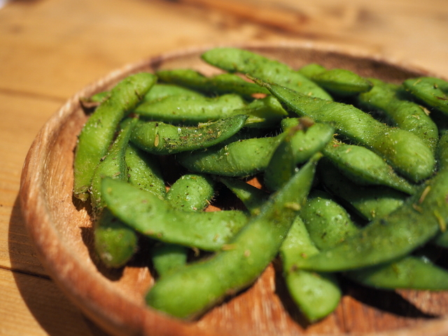 Edamame (boiled soybeans) with herb salt