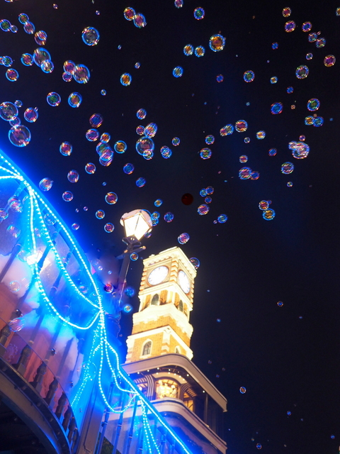 """Grand Meister"" -Sapporo marionette clock tower- and bubbles at the show time every hour on the hour in the Shiroi Koibito Park"