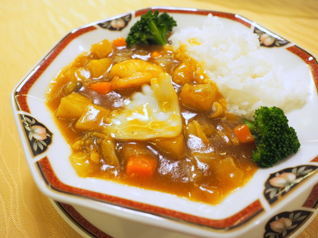 Rice with thick curry sauce of shrimp, cram and squid in Cantonese style