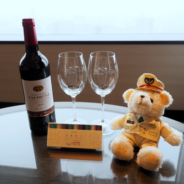 "Free gifts for ""Gran Stay"" plan which include a bottle of original wine, original wine glasses and a stuffed bear wearing the stationmaster's uniform of Sapporo Station"