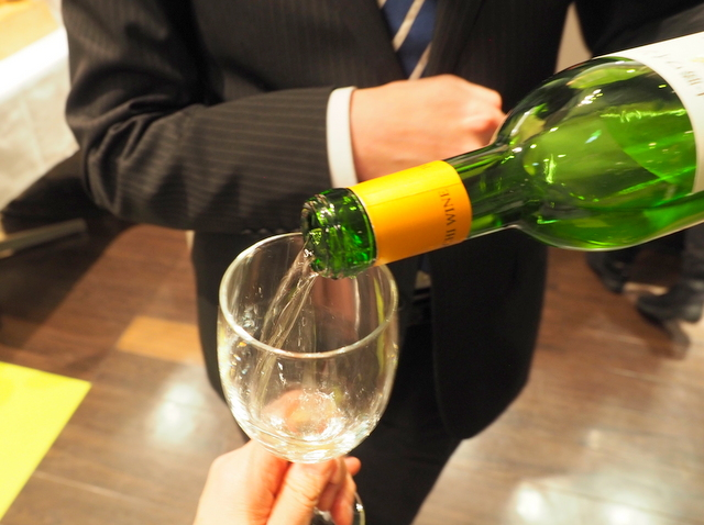 "A glass of ""Seiorosamu"" wine which a sommelier serves and explains"