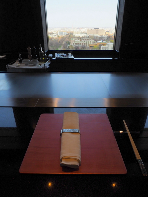Counter seats with Arita plate and the view from the 22nd floor