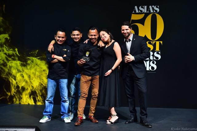 th_1Agung and Laura Prabowo, Roman Ghale and James Tamang, The Old Man, Highest New Entry Award sponsored by Torres Brandy, with Javier Reynoso, Global Brand Ambassador, Torres Brandy (1).jpg